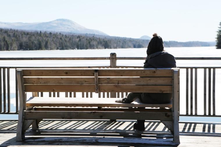 2016_03_Life-of-Pix-free-stock-woman-bench-lake-LEEROY